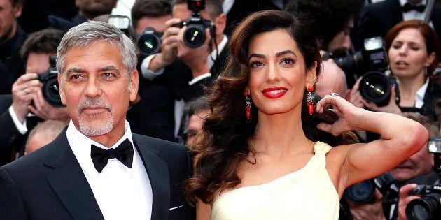 George Clooney e Amal hanno regalato delle cuffie ai passeggeri di un volo per proteggerli dal pianto...