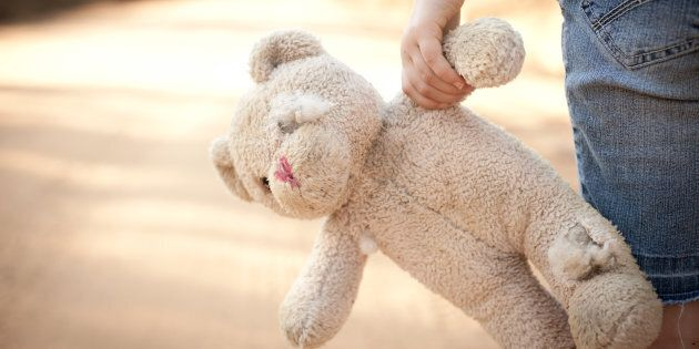 Lasciano il figlio da solo tra i giocattoli per punizione. I genitori sono stati