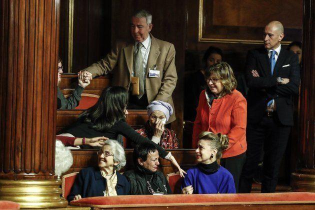 Emma Bonino piange dopo l'approvazione della legge sul