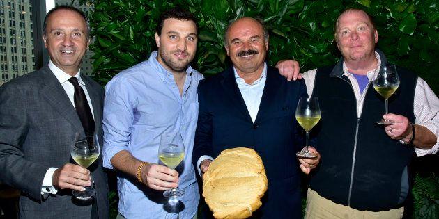 L'ambasciatore italiano Armando Varricchio, Nicola Farinetti, Oscar Farinetti, e Mario Batali all'Eataly...