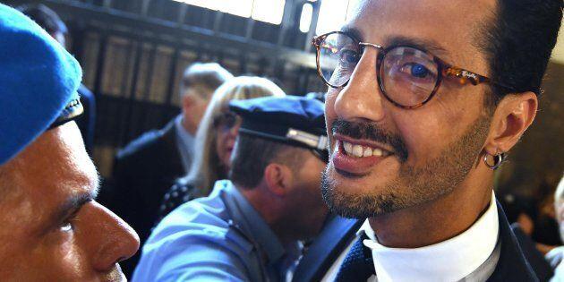 Fabrizio Corona in tribunale urla contro il pm, poi si scusa: