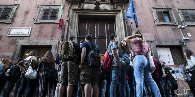 Gli studenti il primo giorno di scuola al Liceo Virgilio di via Giulia, Roma, 14 settembre 2017. ANSA/ANGELO