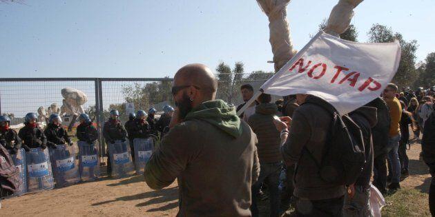 Manifestanti contrari al gasdotto davanti al cantiere Tap, il gasdotto dell'Adriatico a Melendugno, in...
