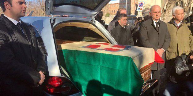 La bara con la salma di re Vittorio Emanuele III di Savoia arriva al Santuario di Vicoforte, avvolta...