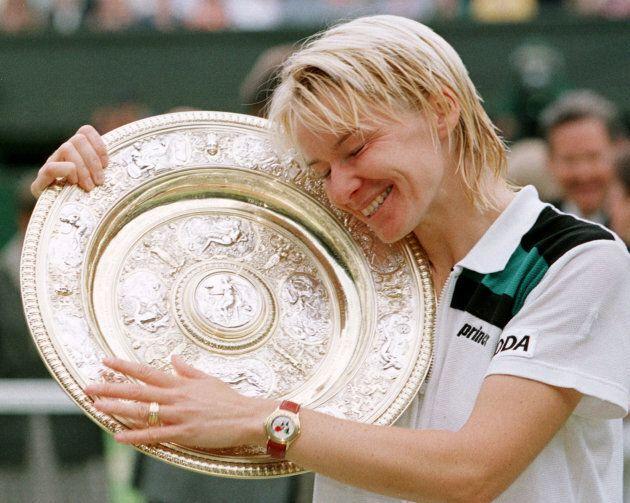 Jana Novotna abbraccia il trofeo di Wimbledon, dopo aver battutto in finale la francese Nathalie Tauziat...