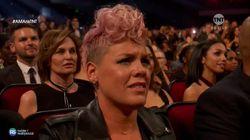 Christina Aguilera dedica un tributo a Whitney Houston. La faccia di Pink dice tutto