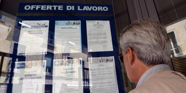 Un uomo controlla gli annunci di lavoro esposti in una agenzia per l'occupazione a Pisa. ANSA/FRANCO