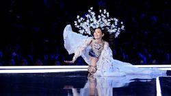 La modella cinese cade alla sfilata di Victoria's Secret. Ma conserva la grazia di un