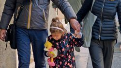 Fabrizio Frizzi a passeggio con moglie e figlia: le prime foto del conduttore dopo la