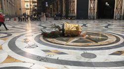 Rubato l'albero di Natale alla galleria di Napoli, stesso copione degli anni