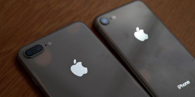 I proprietari degli iPhone furiosi contro la Apple per il depotenziamento, intentate una serie di class