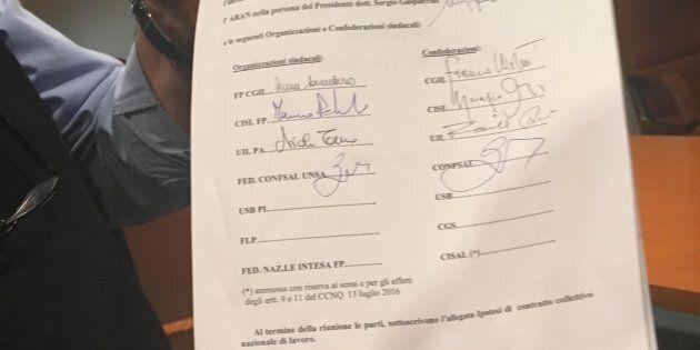 Le firme per il rinnovo del contratto per gli statali, a Roma, 23 dicembre 2017. ANSA/ARAN Marianna