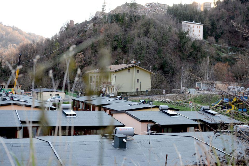Casette temporanee ad Arquata del Tronto. Sullo sfondo il paese raso al suolo dal terremoto del 24 agosto