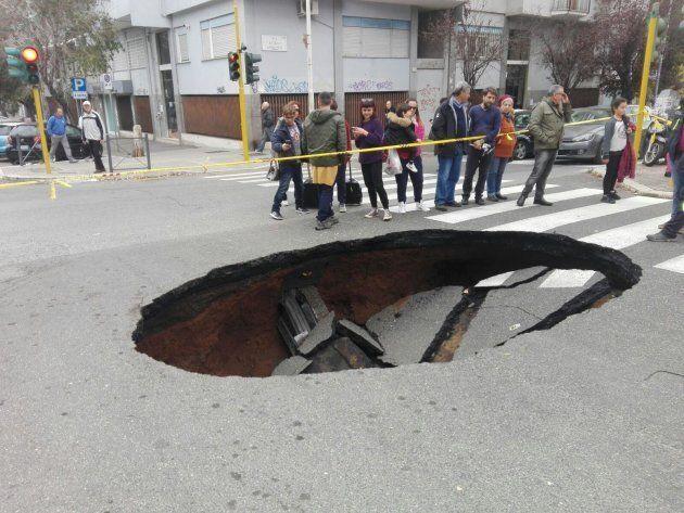Un'enorme voragine si apre sull'asfalto in una strada di Roma, ma non si sa
