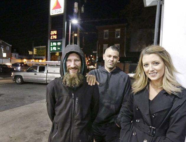 Un senzatetto le regala gli ultimi 17 euro che ha per fare benzina, una ragazza ne raccoglie per lui...