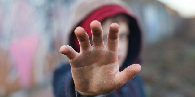 Povertà e contesto sociale mettono a rischio la formazione dei minori, ma c'è una luce in fondo al