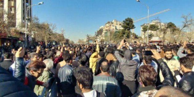 Si muove l'Iran. Dopo le proteste di piazza contro il carovita e gli arresti, oggi sfilano i