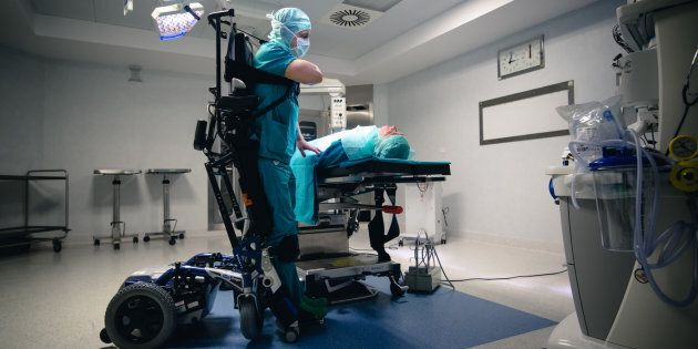 Marco Dolfin, il chirurgo paralizzato che opera grazie a un esoscheletro: