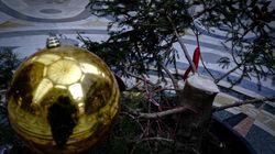 Quarto raid delle baby gang contro l'albero della Galleria Umberto a Napoli, danni anche ai