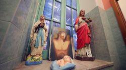 Via le statue della Madonna e di Gesù dalla scuola. E i genitori mandano i figli a scuola con il rosario al