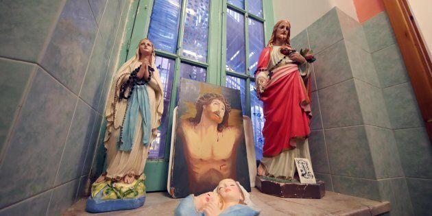 Le statue religiose all'interno della scuola elementare e d'infanzia 'Ragusa Moleti' che sono state fatte...