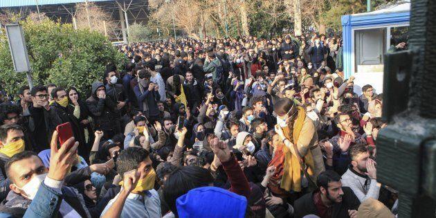 Iran senza pace, ancora scontri tra manifestanti e polizia. La tv di Stato: