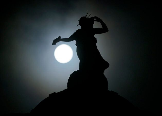 Superluna, 10 foto dal mondo della prima luna piena del