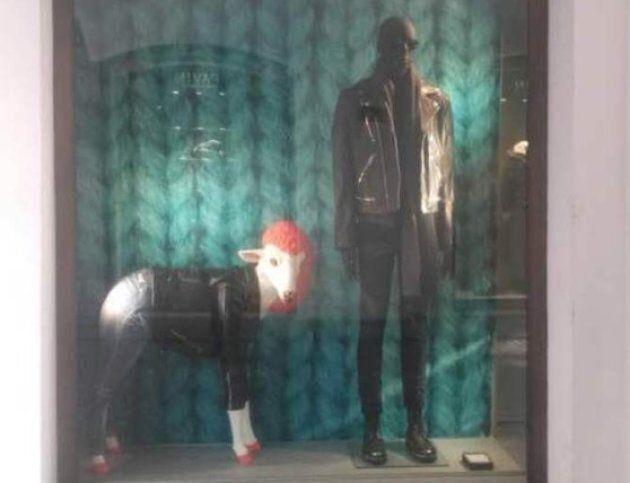 Donna-pecora nella vetrina di un negozio Diesel a Padova. È polemica: