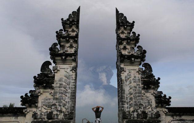 Il vulcano Agung si è svegliato e ha bloccato il traffico aereo di Bali