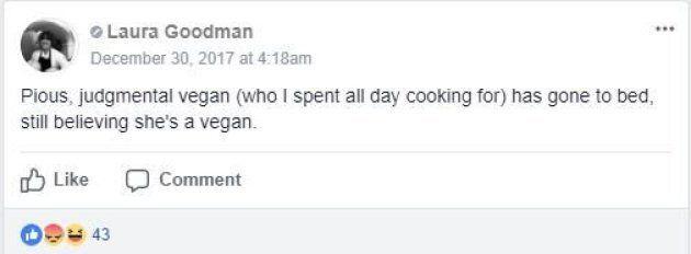 Questa chef cucina un piatto con un prodotto animale per un gruppo di