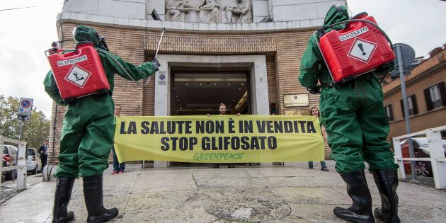 Bruxelles autorizza l'uso del glifosato per altri 5 anni, Italia e Francia votano no. L'ira di Macron:...