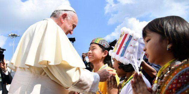 Prova di forza del generale Hlaing nel primo giorno del Papa in Myanmar. Chiede lui di essere ricevuto...