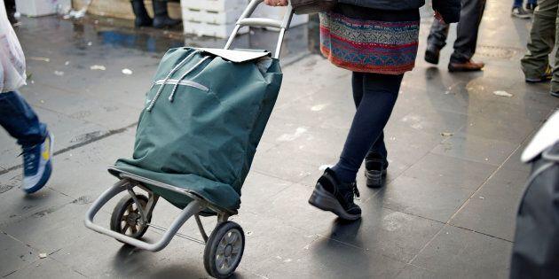 Istat, in dieci anni gli italiani poveri sono raddoppiati. Nel 2006 erano 2,3 milioni, nel 2016 sono...