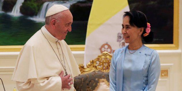 Pope Francis meets Myanmar?s State Counsellor Aung San Suu Kyi in Naypyitaw, Myanmar November 28, 2017....