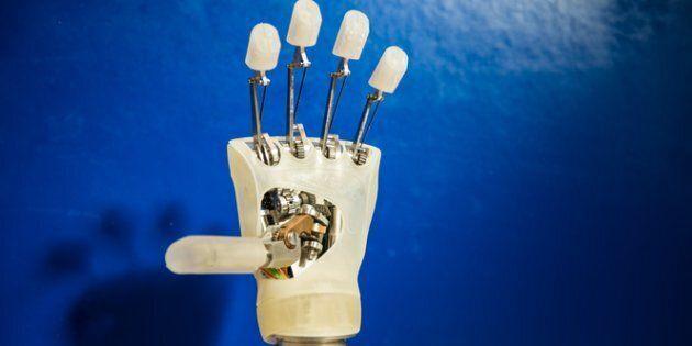 Struttura interna della mano robotica di design messo a punto nella Scuola Superiore Sant'Anna di Pisa...