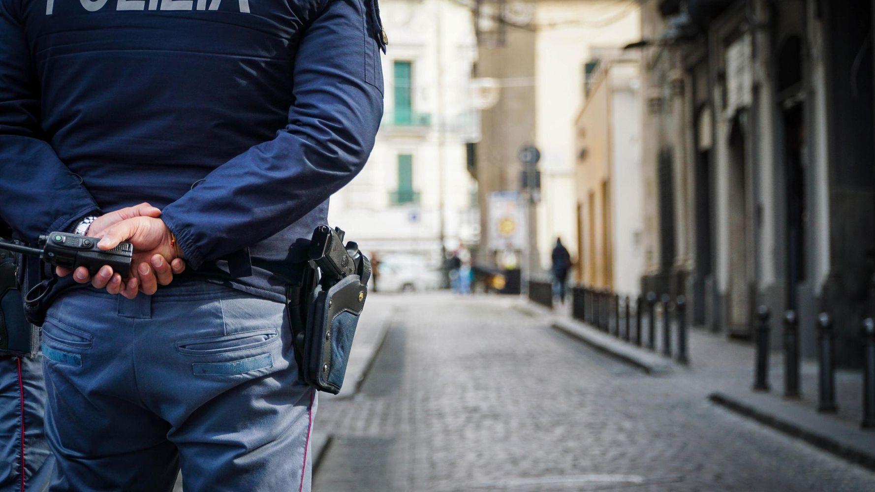 Vendevano Permessi Di Soggiorno Da 500 A 5mila Euro Arrestati Sei Poliziotti A Milano L Huffpost