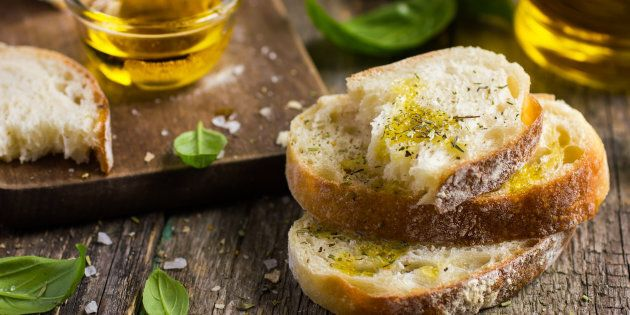 Pane e olio, la combinazione perfetta. Merenda ideale per i bambini. E con il pomodoro pasto