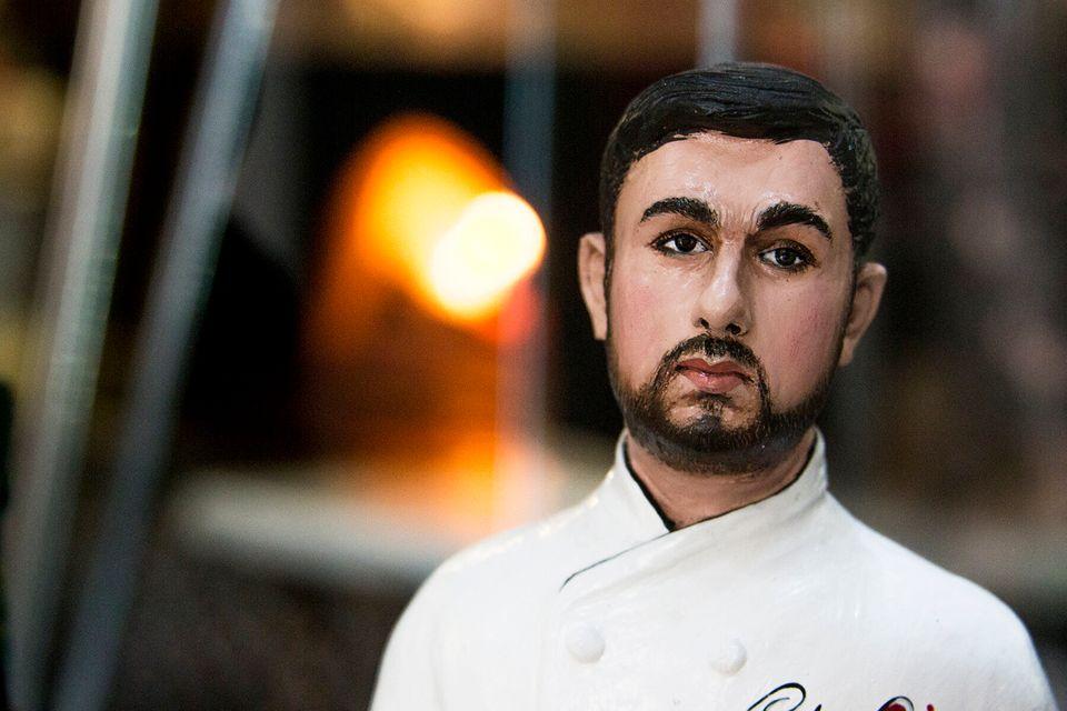 La statuetta del pizzaiolo Ciro Oliva, in esposizione nella cucina di
