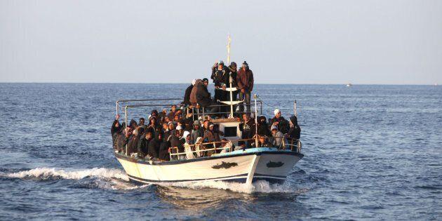 Naufragio di un gommone carico di migranti a nord di