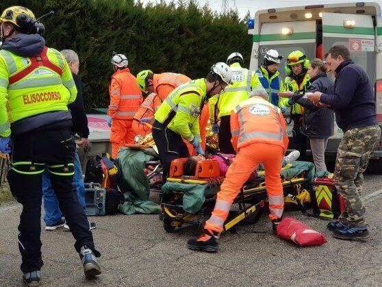Scuolabus con 28 bimbi a bordo fuori strada, 23 feriti nel