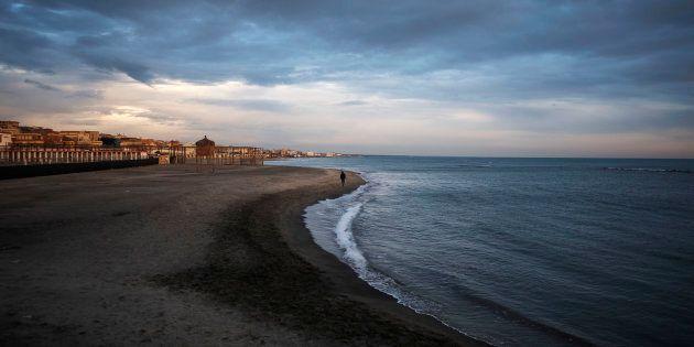 Ostia, trovato cadavere in spiaggia a Ostia. A setaccio le zone controllate dai