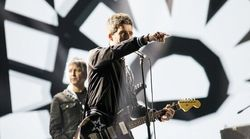Noel Gallagher incanta l'X-Factor Arena, ma il fratello Liam lo stronca con un tweet al