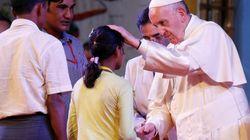 Il Papa s'inchina ai Rohingya: