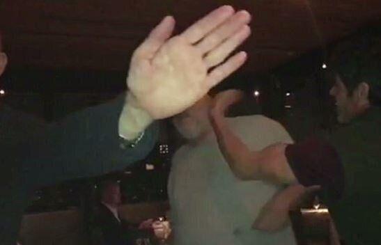 Harvey Weinstein schiaffeggiato da un uomo in un ristorante: