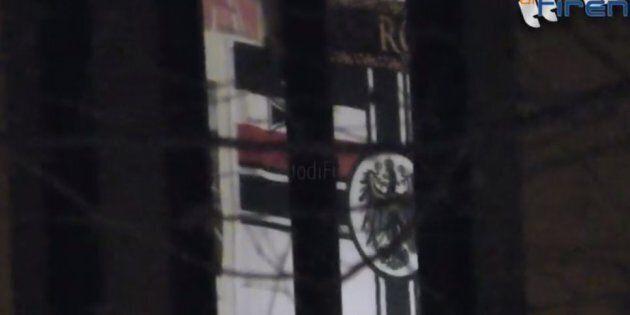 Bandiera neonazista in una caserma dei Carabinieri a