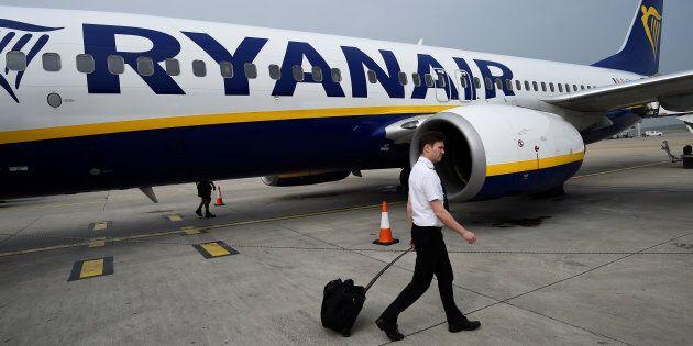 Ryanair, bagagli a mano in stiva per i clienti non prioritari. La novità dal 15