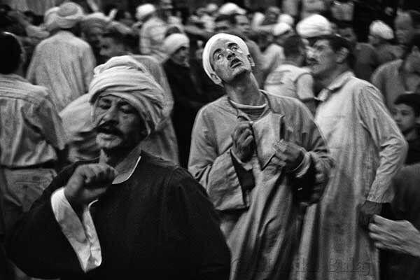 Al Cairo, durante il mawlid per l'Imam Hussein, nipote del Profeta, i sufi egiziani praticano le danze...