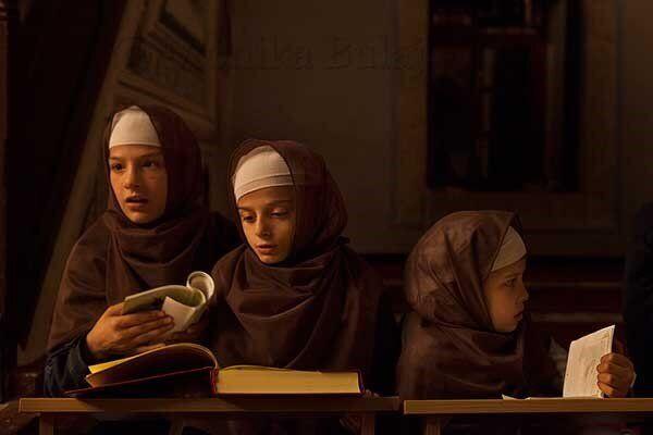 Bambini albanesi studiano il Corano nella moschea Sinan Pasha a Prizren. Si narra che l'edificio sia...