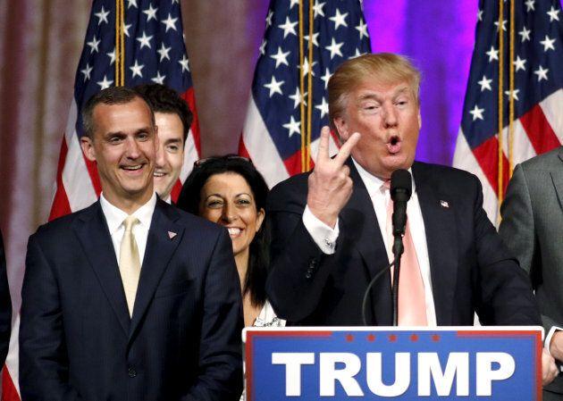 Corey Lewandowski, a sinistra, sorride durante un comizio di Donald