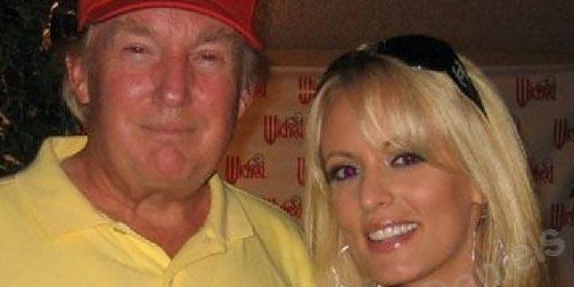 Donald Trump con la pornostar Stephanie Clifford in una foto del